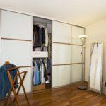 Gleittüre mit Füllung in weiß lackiertem Glas und aufgesetzt<br /> <br /> Ein Blick hinter die Kulisse nlohnt sich - auf kleinstem Raum präsentiert sich der begehbare Kleiderschrank als weiterer, funktioneller Teil des Raumes.